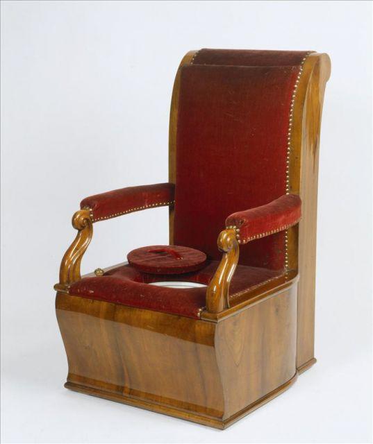 Zimmerretiraden, sillón con un agujero circular en el asiento y un depósito. Foto tomada de internet.