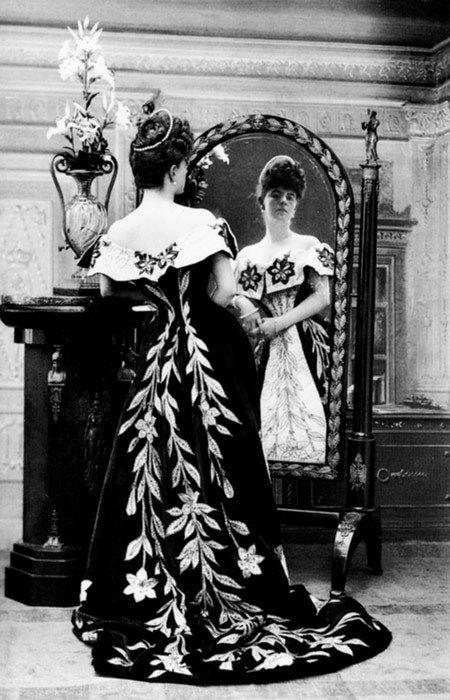 Condesa Greffulhe vestida por la Maison Worth. Foto de Nadar. 1.896