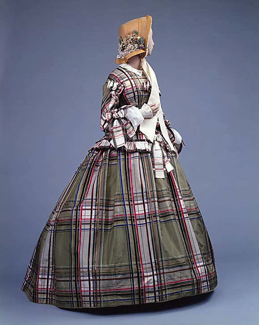 Vestido de día de seda de tela escocesa. 1857. http://lascosasdemami.com/blog/blog/2013/las-cosas-de-la-epoca-victoriana/