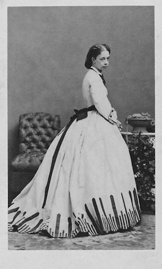 Princesa Pauline Metternich con un vestido de Worth. Fotografía de Andre Adolphe Eugene Disderi. 1.865.