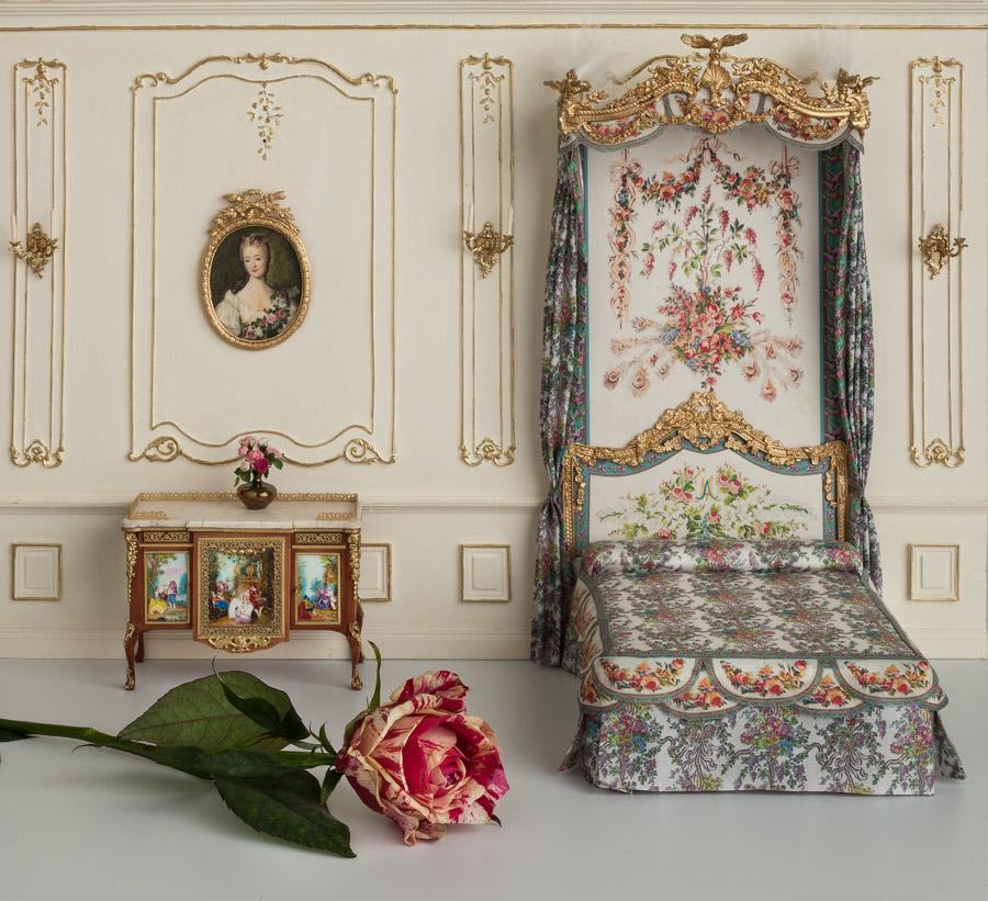 """Composición: cama de María Antonieta, conocida también como """"cama del rey"""" y la cómoda de Madame du Barry, amante de Luis XV. Palacio de Versalles."""