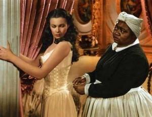 ¿Quién no recuerda esta escena? Mammy (Hattie McDaniel) ayudando a Scarlett O'Hara (Vivien Leigh ) a ponerse el corsé.